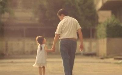 Những ký ức yêu thương về người cha hiện về với cô gái. (ảnh chụp clip)