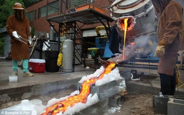 Làm việc với dòng dung nham nóng hơn 1482 độ C, đầu bếp phải mặc trang phục bảo hộ an toàn.