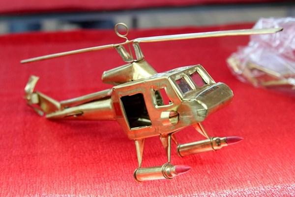 Đặc biệt nhất là mô hình chiếc máy bay trực thăng được gia công chi tiết và khéo léo có giá 350.000 đồng/chiếc.