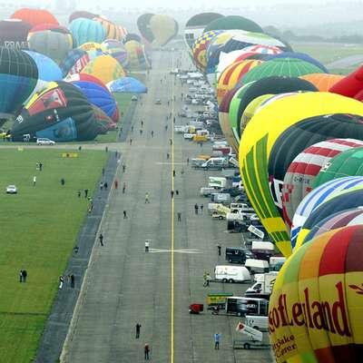 Các khinh khí cầu đang được bơm hơi để chuẩn bị bay lên bầu trời