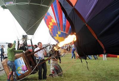 Bơm hơi nóng vào 1 quả khí cầu