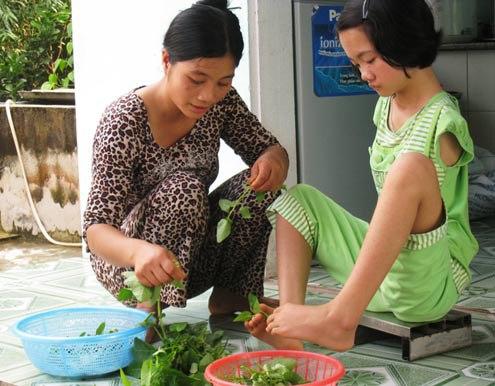 Không chỉ học giỏi, viết chữ hay vẽ tranh rất đẹp, Thắm còn giúp mẹ nhặt rau, nấu cơm…