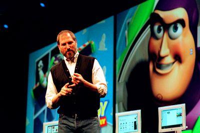 Jobs mua lại Pixar vào năm 1986