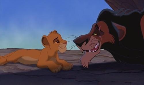 Sư tử nhí Simba và ông chú ruột nham hiểm Scar.