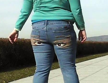 Đừng nhìn tôi có mắt ở sau mông đấy!