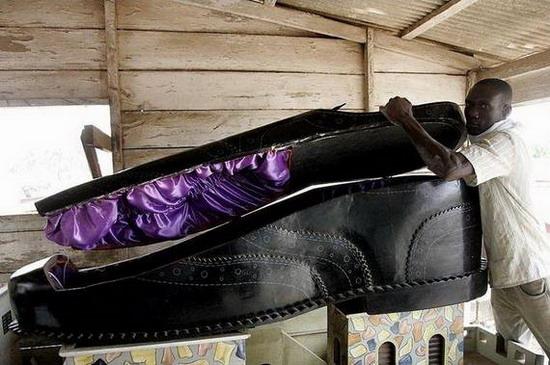 Quan tài hình chiếc giầy khổng lồ