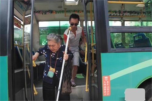 Lý Quân - Tài xế xe buýt... xì tin ở Trung Quốc