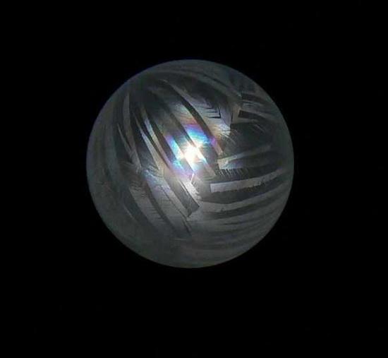 Bong bóng đóng băng và hình thành các dải đối xứng nhau