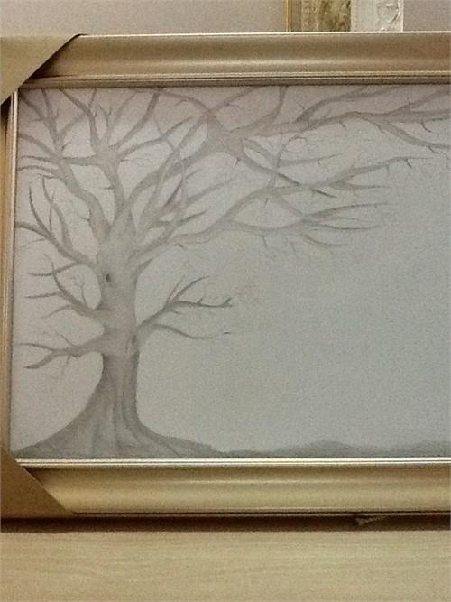 Ban đầu, bức tranh hình một gốc cây khô cằn có vẻ lạc lõng trong đám cưới, không ít khách mời chê nó xấu xí. Nhưng khi kết thúc buổi tiệc, rất nhiều người ngạc nhiên về sự đổi thay bất ngờ của nó.