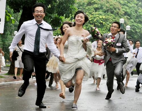 100 cặp uyên ương chạy marathon như... vũ bão