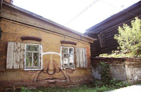 2 cửa sổ chính là cặp kính trên khuôn mặt của bức tường.