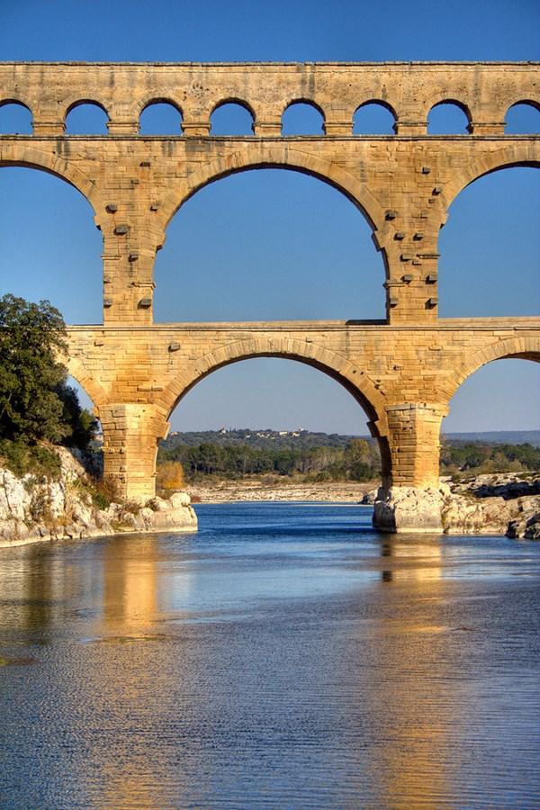 Cây cầu cao ba tầng với mỗi tầng có số lượng mái vòng khác nhau bắc ngang sông Gardon - Ảnh: Roby Ferrari/Flickr
