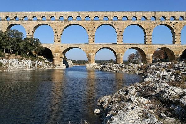 Điểm đặc biêt của cầu dẫn nước Pont du Gard là các tảng đá được xếp chồng lên nhau mà không dùng vữa – Ảnh: Roby Ferrari/Flickr