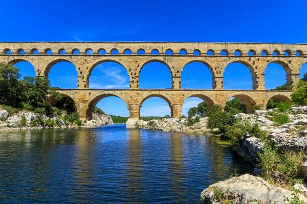 Qua năm tháng, cây cầu đã trở thành điểm đến rất nổi tiếng cho các du khách mỗi khi có dịp ngang qua thành phố Nimes - Ảnh: Panoramic