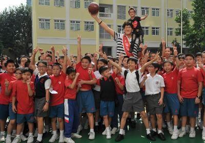"""""""Đôi đũa lệch"""" đã tới thăm trường trung học Pui Ching tại Macao, Trung Quốc hôm 18/10."""