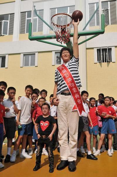 Tại đây, anh Zhang Huan, 25 tuổi và Xu Guoyuan, 24 tuổi, đã cùng nhau chơi bóng rổ trước sự cổ vũ của các học sinh