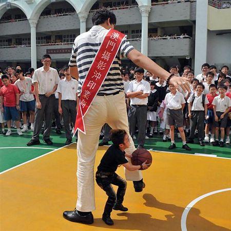 Zhang Huan là người đàn ông cao nhất châu Á với chiều cao 2,38m.
