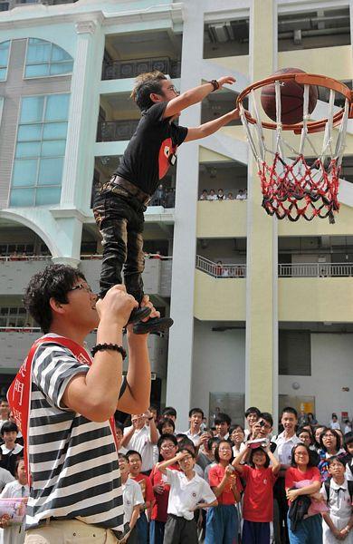 Còn Xu Guoyuan là người thấp nhất Trung Quốc, cao 1,02m.
