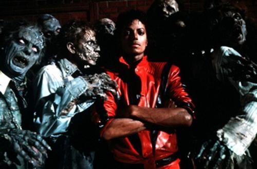 Ngay khi xuất hiện trong video Thriller của Michael Jackson, chiếc áo này lập tức gây ra một cơn sốt thời trang trong những năm 1980.