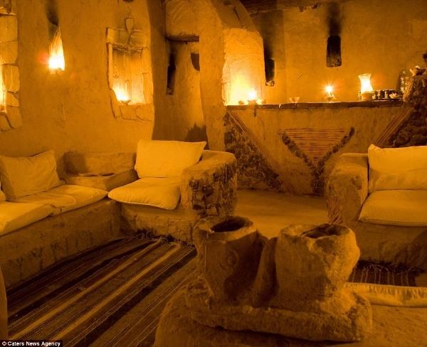 Các bức tường dày sẽ giúp hấp thụ bớt không khí nóng ban này và duy trì nền nhiệt mát mẻ cho tất cả 40 phòng nghỉ. Vào ban đêm khi nhiệt độ trên sa mạc hạ thấp, các bức tường sẽ tỏa lượng nhiệt đã thu được từ mặt trời để làm ấm các căn phòng.