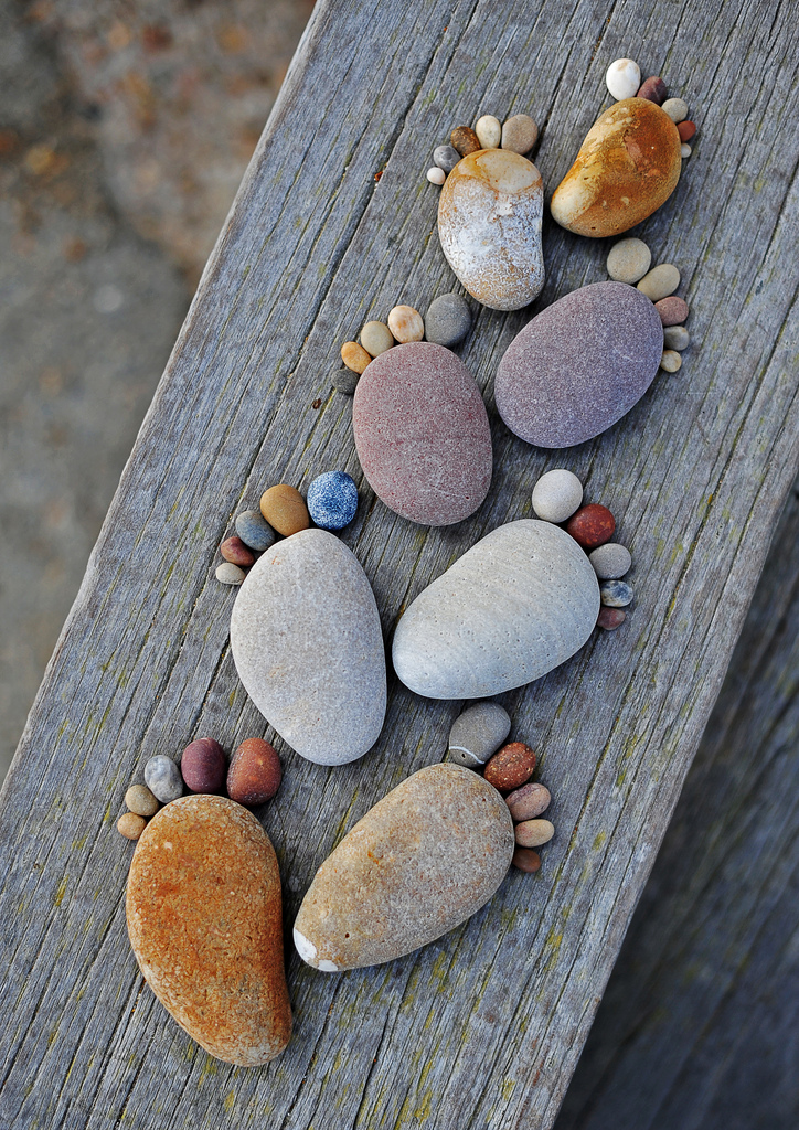 Những dấu chân bằng đá của Iain Blake