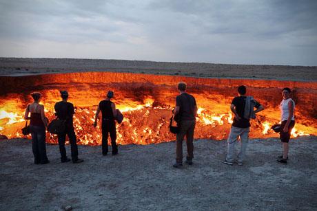 Sợ rằng hố có thể giải phóng khí độc, đội địa chất quyết định châm lửa đốt. Lúc đó, các nhà khoa học hy vọng ngọn lửa sẽ cháy trong vài ngày, nhưng gas quá nhiều khiến hố vẫn bùng cháy suốt 40 năm nay.