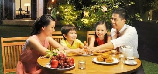 Sự tròn trịa của mặt trăng tượng trưng cho sự đoàn kết và hòa hợp của gia đình.