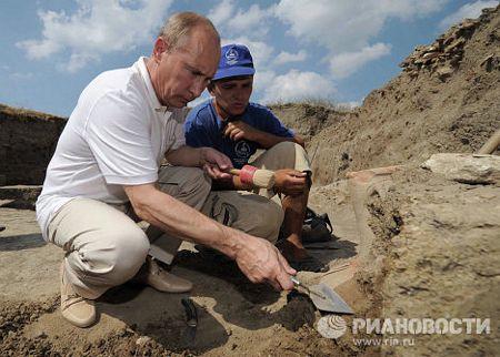 Trong khi kiểm tra các cuộc khai quật tại Bán đảo Taman tháng 8/011, Thủ tướng Nga Putin đã thử sức ở lĩnh vực khảo cổ học.