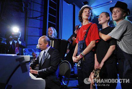 Tại một buổi hoà nhạc từ thiện ở St. Petersburg năm 2010, Thủ tướng Putin đã gây bất ngờ khi thể hiện khả năng chơi đàn piano và hát một bài hát bằng tiếng Anh với các nghệ sĩ nhạc Jazz.