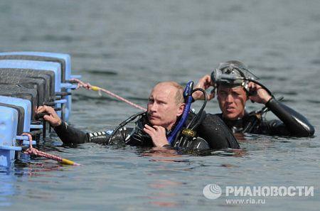 Ông Putin cũng trổ tài lặn biển khi khám phá một địa điểm khảo cổ ở ngoài khơi Bán đảo Taman.