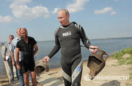 Ông Putin khoe thành quả thu được sau chuyến thám hiểm dưới đáy biển: 2 cổ vật là những bình gốm bị vỡ.