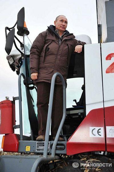 Trong khi nắm giữ nhiều vị trí quan trọng, ông Putin cũng biết cách vận hành các phương tiện và thiết bị khác nhau. Trên cương vị thủ tướng, ông đã học cách lái một chiếc máy gặt đập liên hợp.