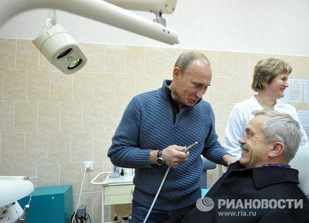 Ông Putin thử làm nha sĩ trong chuyến thăm phòng khám nha khoa thuộc bệnh viện Belgorod, phía tây nước Nga tháng 11/2011.