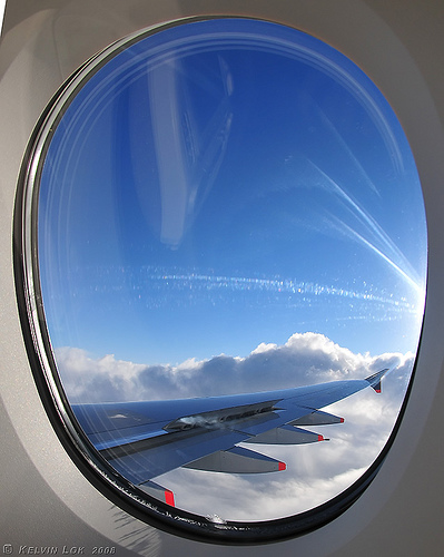 Tại sao cửa sổ trên máy bay ở khoang hành khách lại có hình bầu dục (oval)?