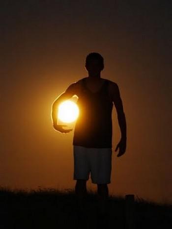 """Cầu thủ """"ôm trăng"""""""