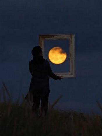 Bức tranh mặt trăng siêu thực