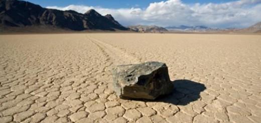 Sự dịch chuyển của các hòn đá tạo ra những đường trượt dài phía sau. Ảnh: Discovery News