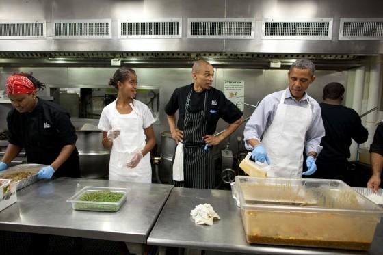 Đương kim Tổng thống Mỹ Barack Obama cũng đích thân vào bếp để nấu ăn