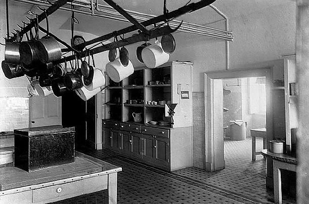 Năm 1902, một năm sau khi bức ảnh này được chụp, Tổng thống Theodore Roosevelt cho đại tu tòa nhà trước khi người ta lắp đặt tủ lạnh trong khu bếp hai thập kỷ sau đó.