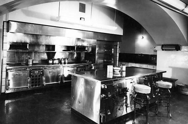 Việc nâng cấp phòng bếp nhằm chào đón Tổng thống Harry Truman nhậm chức năm 1945, 3 năm trước khi bức ảnh này được chụp.