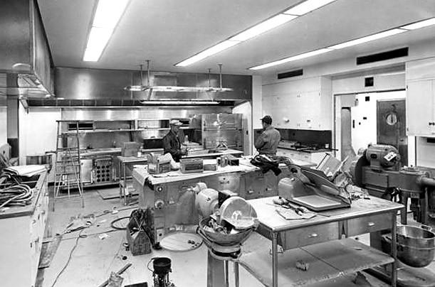 Dưới thời Tổng thống Harry Truman, Nhà Trắng tiếp tục được sửa chữa. Phía trần nhà, hệ thống đèn chiếu sáng và hệ thống điện của nhà bếp được nâng cấp.