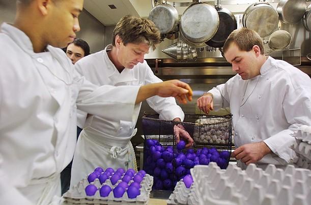 Trong ảnh, các đầu bếp đang nhuộm màu và luộc hàng trăm quả trứng Phục sinh năm 2002.