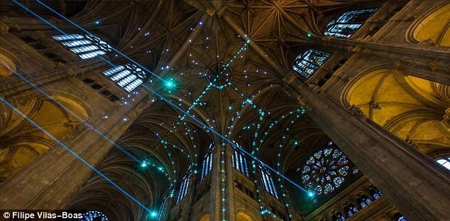 Sử dụng giải pháp công nghệ cao để tạo ra một không gian đầy cảm hứng là ý tưởng mới mẻ và vô cùng ấn tượng của nhà thờ Saint-Eustache ở Pháp. Thay vì lọc ánh sáng mặt trời qua cửa kính màu hay dùng ánh nến, không gian của nhà thờ với ánh sáng laser hiện lên lung linh hơn bao giờ hết.