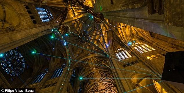 Khách đến thăm nhà thờ Saint-Eustache sẽ được thưởng thức đại tiệc ánh sáng laser độc đáo chỉ với việc dùng một chiếc điện thoại thông minh. Thực chất, một mạng lưới các tia laser đã được thiết lập xung quanh nhà thờ sẵn sàng.