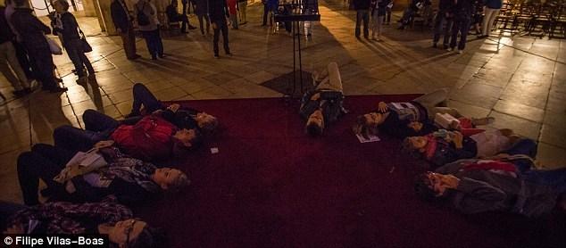 Đám du khách nằm trên sàn của nhà thờ để có thể thưởng thức trọn vẹn vẻ đẹp của ánh sáng chiếu trên trần nhà hình vòm lớn.