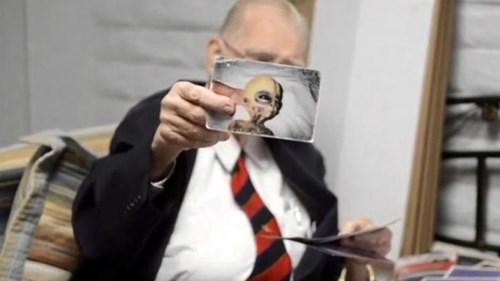 Ông Bushman với bức ảnh được cho là bằng chứng về sự tồn tại của người ngoài hành tinh.