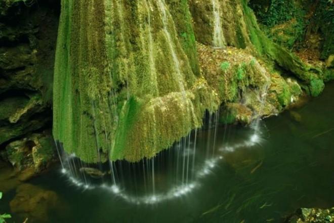 Nằm rong khu rừng thuộc dãy núi Anina, thác nước được hình thành bởi một dòng nước ngầm chảy vào sông Minis