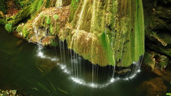 """Người ta còn gọi đây là thác Coronini hay """"phép lạ từ hẻm núi Minis"""".Chiều cao của nó là 8 m."""