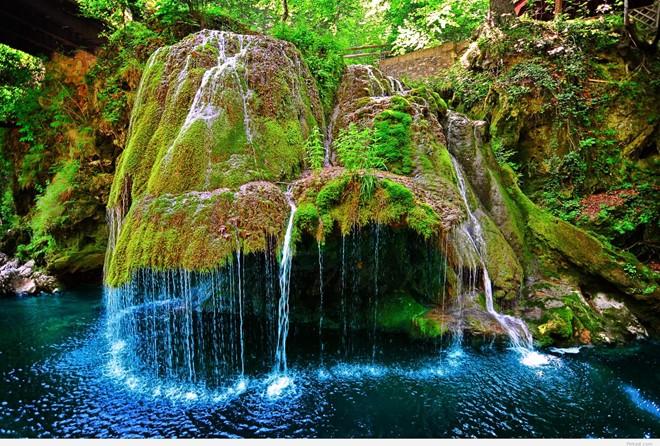 Nó cũng có hình dạng giống một ngọn núi trong chuyện cổ tích, với khung cảnh yên bình, nước chảy hiền hòa quanh năm.