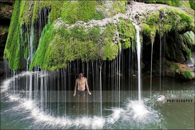 Thác nước này không có nước chảy dữ dội từ trên xuống mà chỉ gồm những tia nước chảy nhẹ nhàng trên sườn đá bám đầy rêu